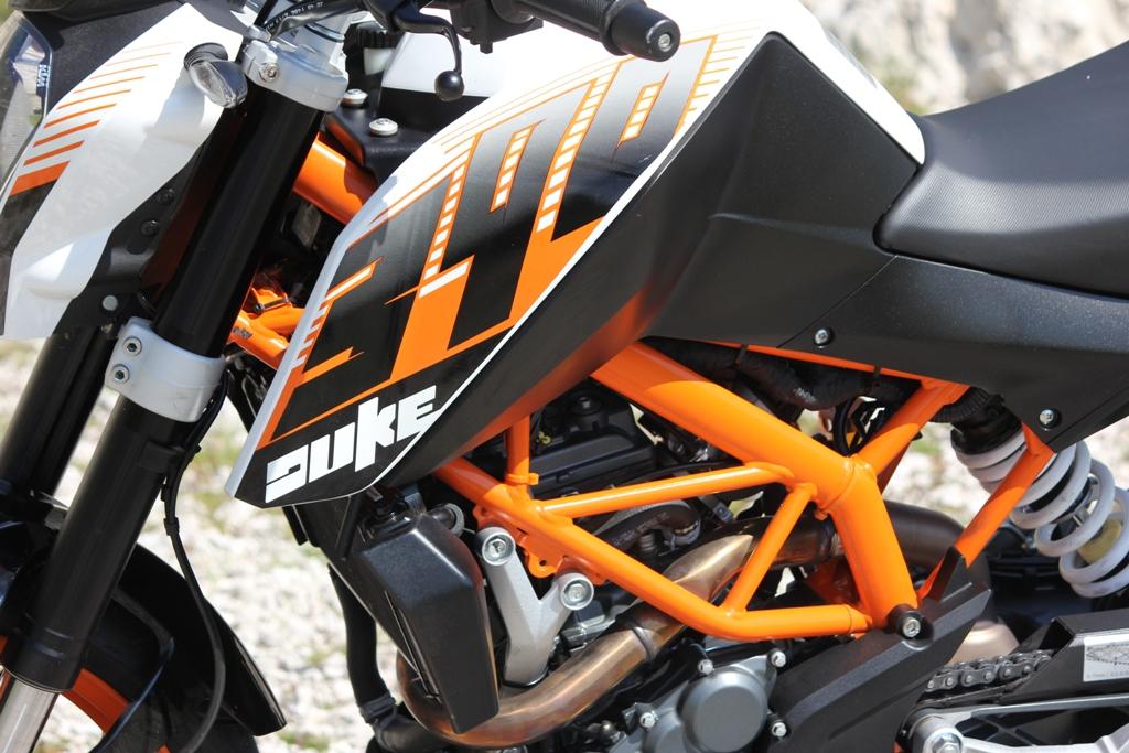 Il serbatoio  da 11 litri della KTM Duke 390