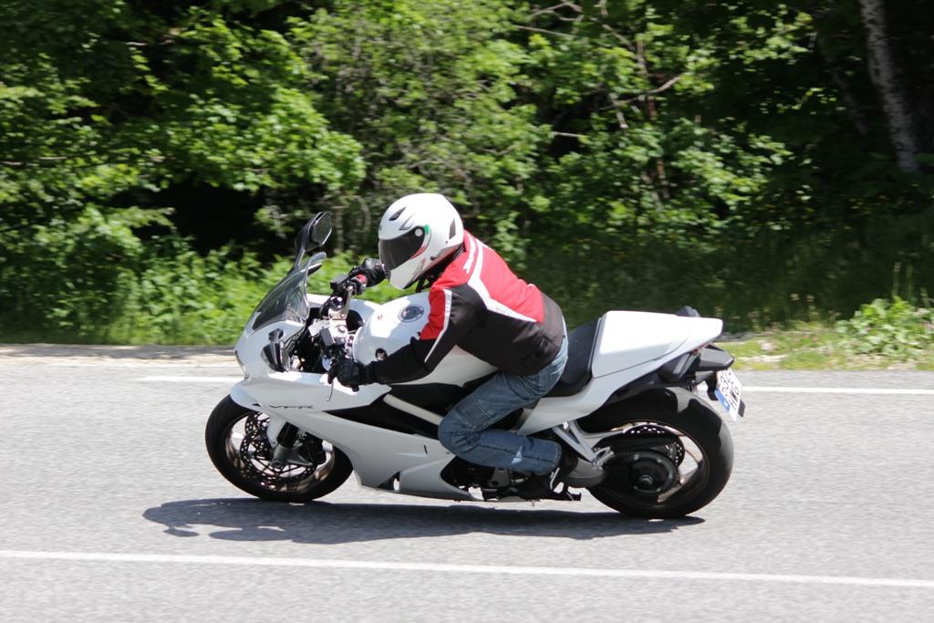 Agile e godibile la rinnovata Honda VFR800F