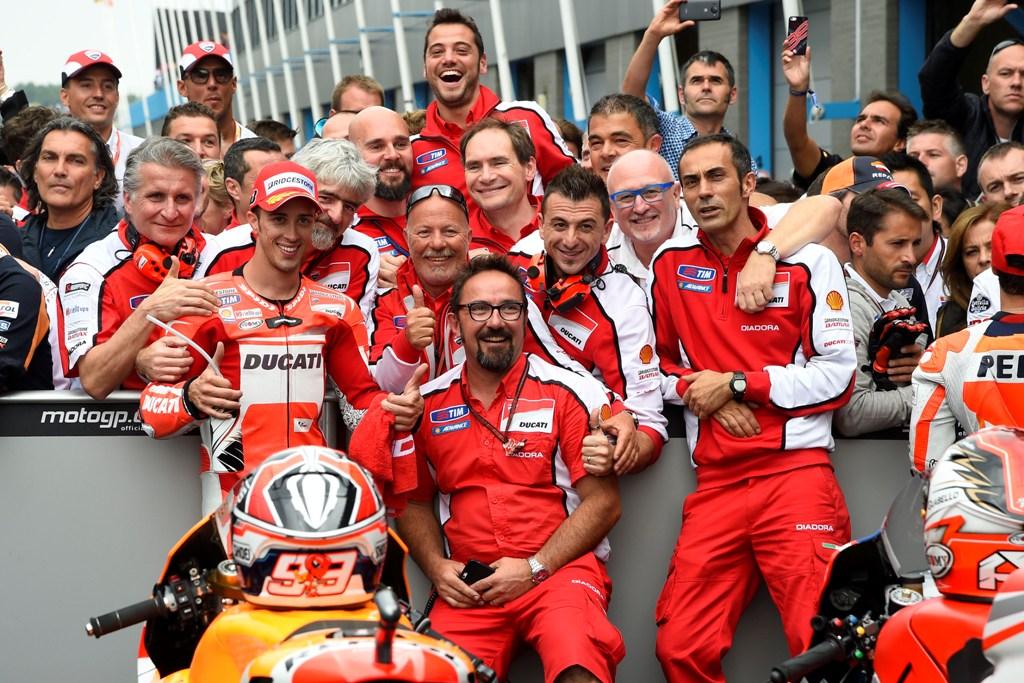 Andrea Dovizioso e la sua squadra