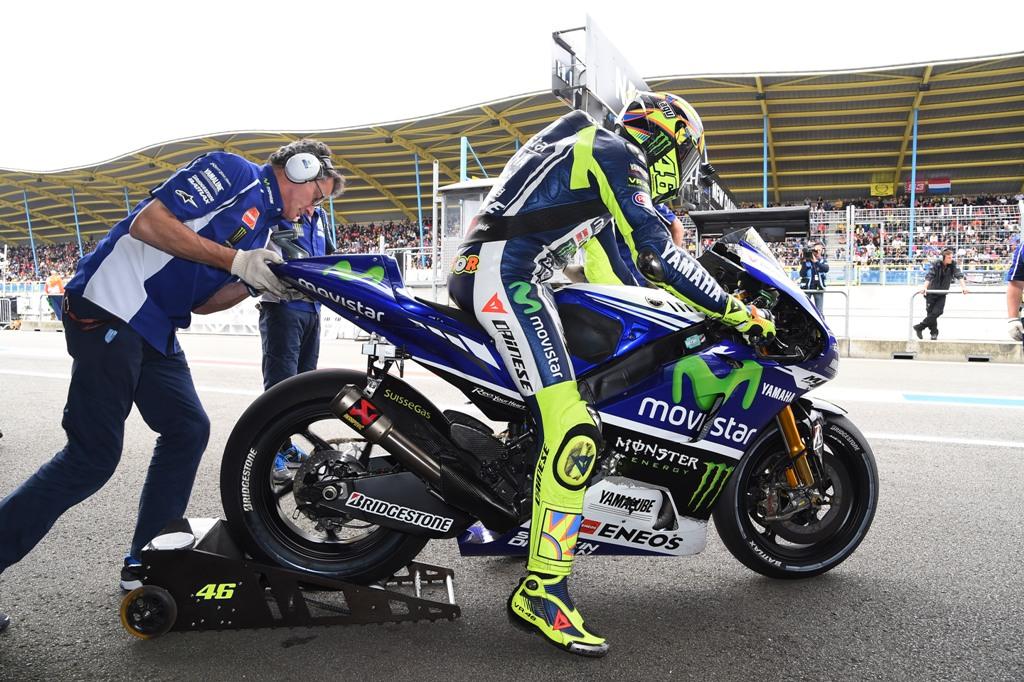 Valentino Rossi ai box, si cambia moto