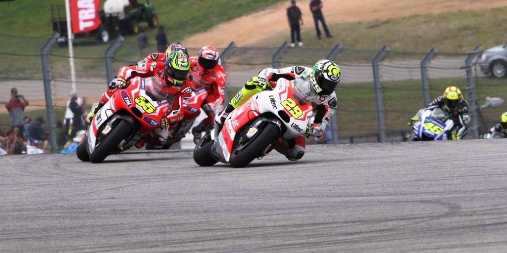 Andrea Iannone con i piloti del team factory...