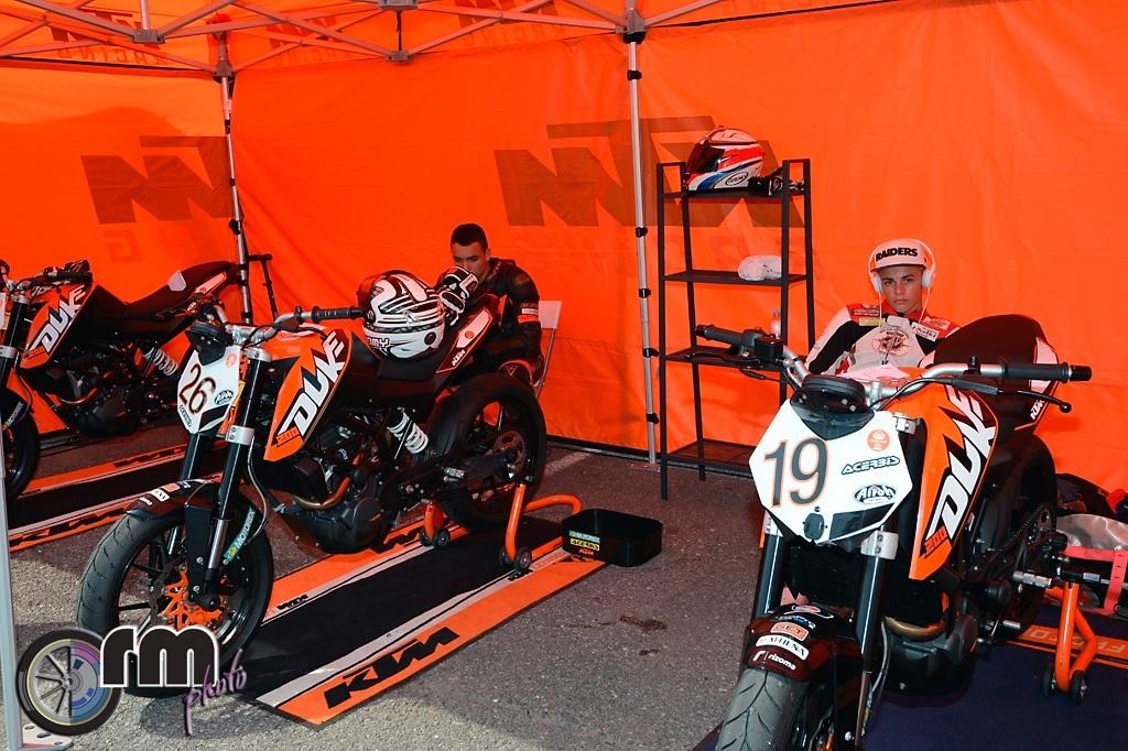 Il box KTM, in primo piano il numero 19 di Alessandro Costantino