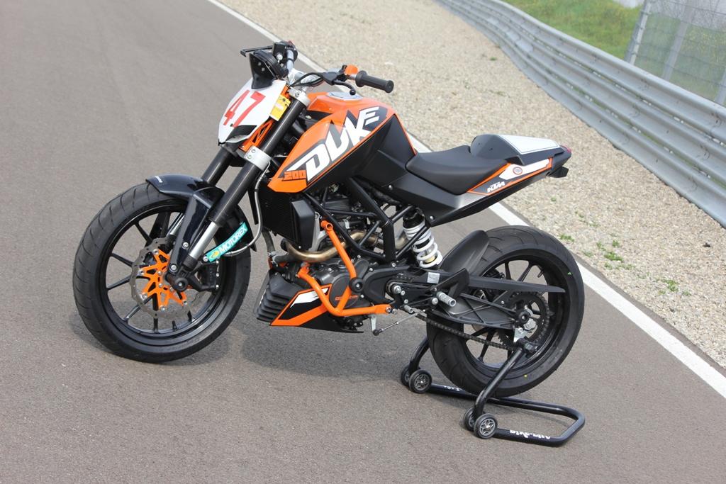 La KTM Duke 200 allestita in versione Trofeo: equilibrata e veloce