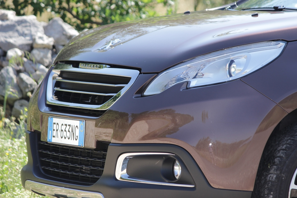 Il frontale di 2008 Peugeot, aria aggressiva per questo multiuso