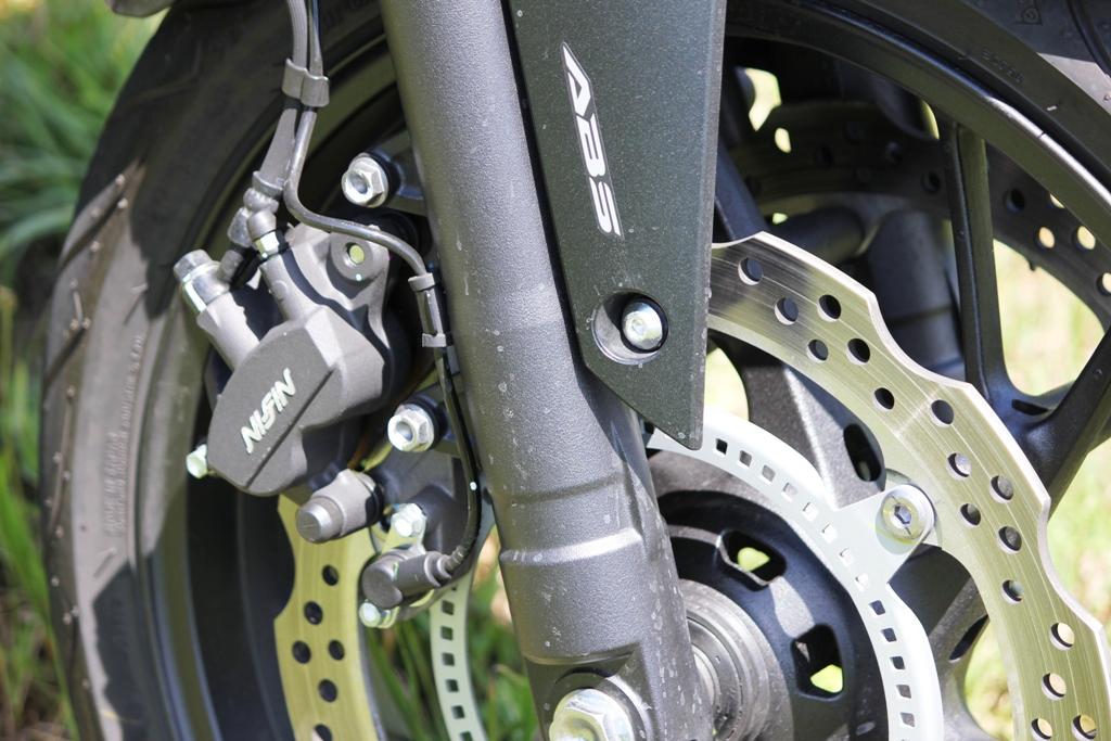 I freni  anteriori Wave da 320 mm della Honda CB650F