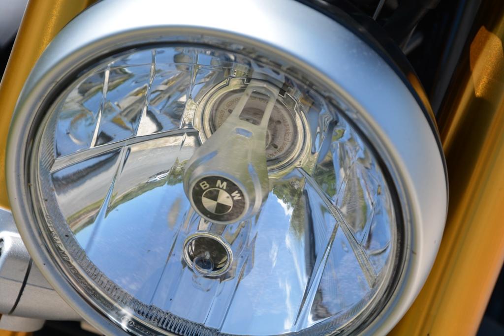 Temi classici per la nineT BMW: il proiettore anteriore tondo con logo al centro