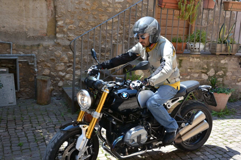"""La BMW nineT è una moto agile per vi di quote ciclistiche che la rendono """"snella"""""""