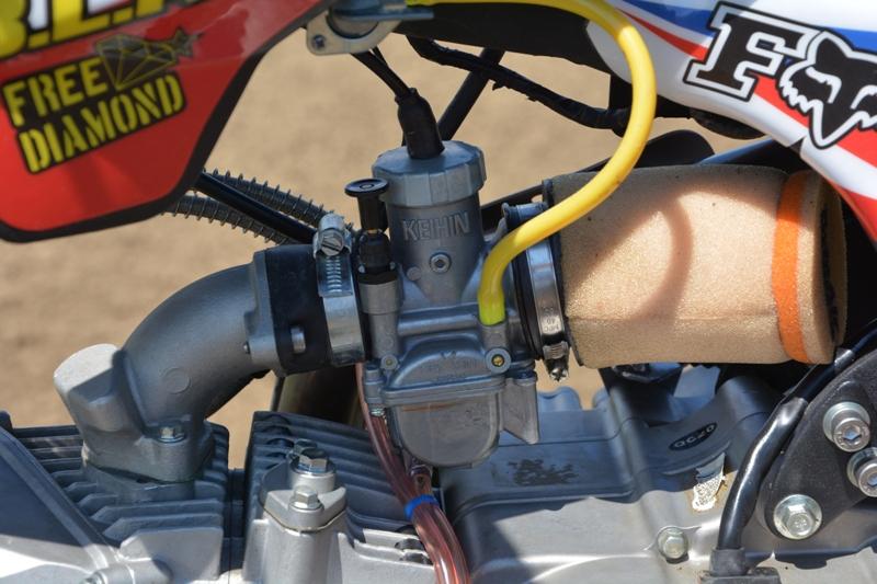 Il carburatore Keihin da 24 mm al posto del Mikuni della moto std