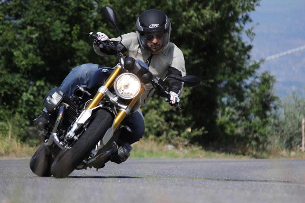 BMW nineT: agilissima sul misto stretto la nineT diverte grazie anche al feeling con l'anteriore