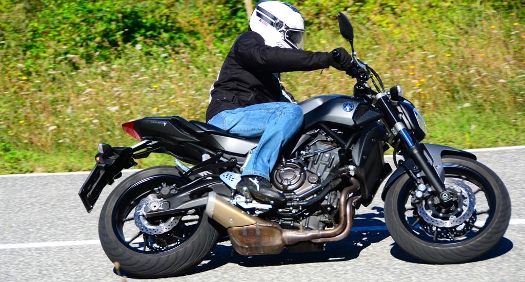 La Yamaha MT-07 si guida agilmente ed è molto reattiva in funzione del peso contenuto