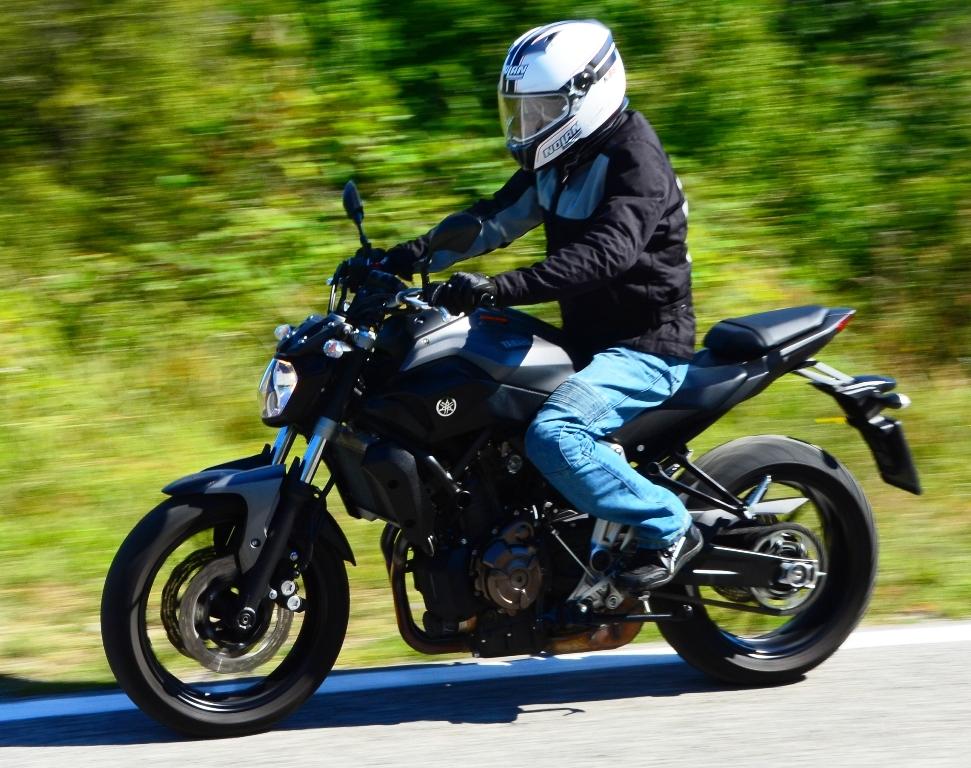 La posizione di guida della MT-07 Yamaha è molto naturale un po' meno per il passeggero