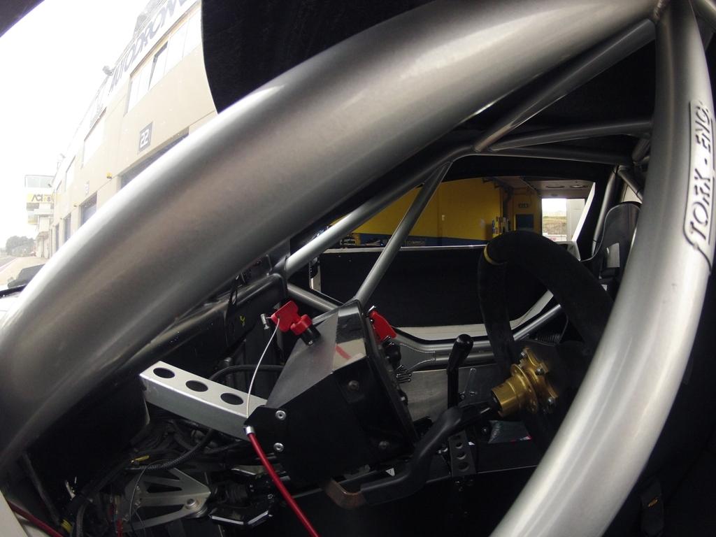 Mitjet 2014: l'interno dell'abitacolo ed il rollbar della vettura Poclain