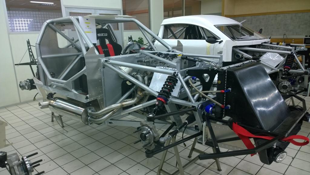 Mitjet 2014: il telaio della Mitjet al montaggio in Poclain