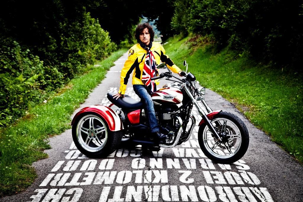 Luca in sella al Trike Triumph, la moto è spesso parte dei suoi viaggi