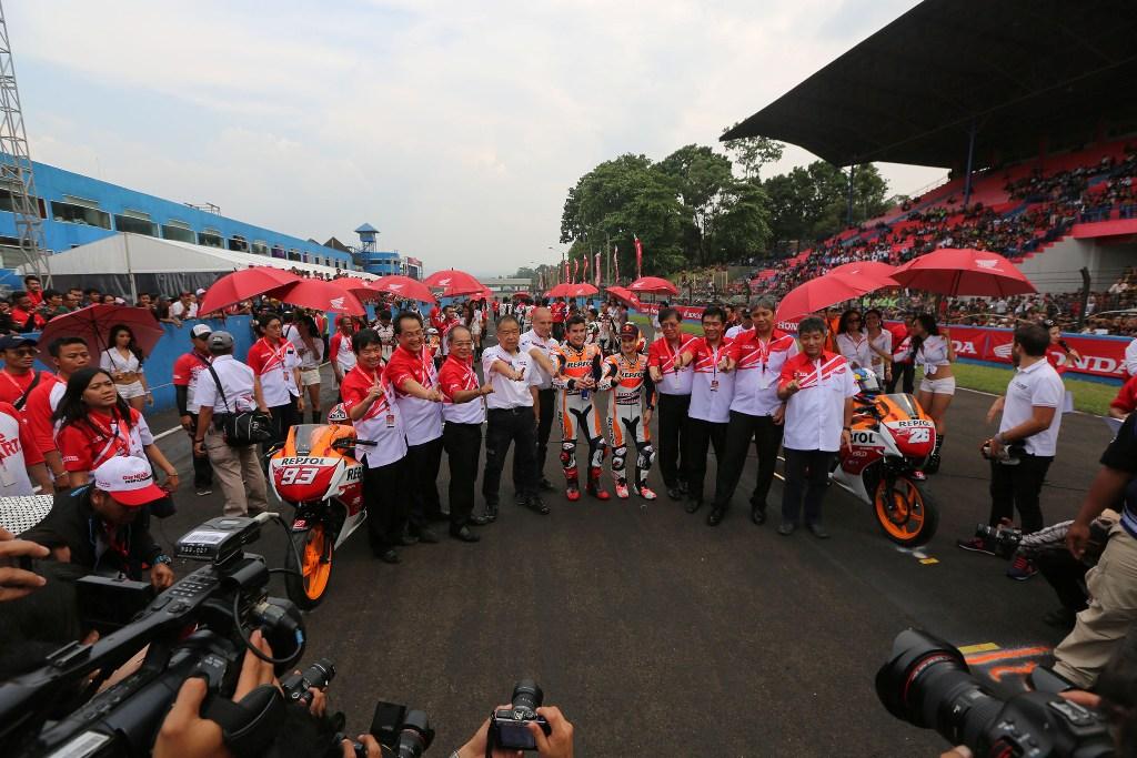 MotoGP 2014, Indonesia, il pubblico festeggia i rider Honda