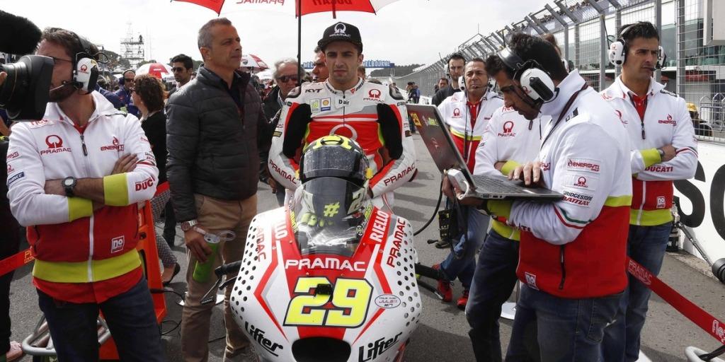 MotoGP 2014, Australia: Andrea Iannone caduto dopo il contatto con Pedrosa