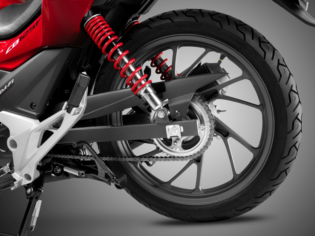 Honda CB125F, la coppia di ammortizzatori posteriore regolabili su 5 posizioni