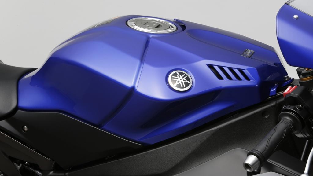 Yamaha R1 2015, il nuovo e più leggero serbatoio carburante