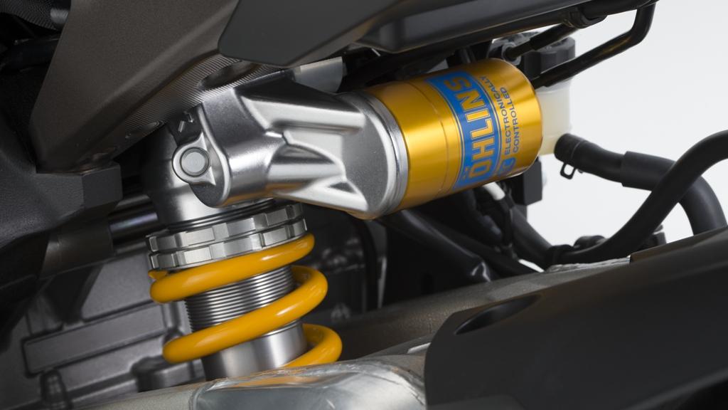 Yamaha R1 2015: sospensioni KYB sulla R1, Ohlins elettroniche per la M