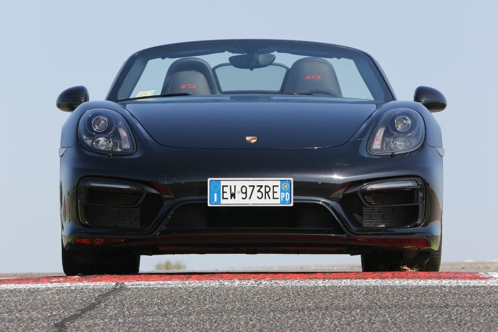 La nuova Porsche Boxter GTS vanta proiettori Bi-Xenon e frontale rivisto
