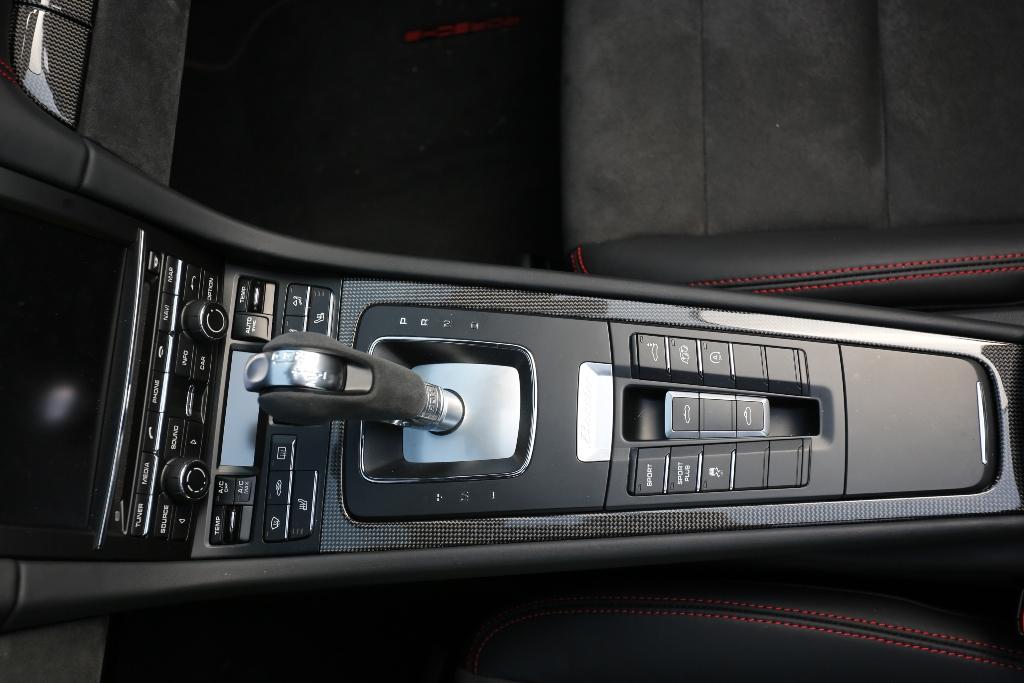 Porsche Boxter GTS, il tunnel con i tasti mode Sport e Sport Plus