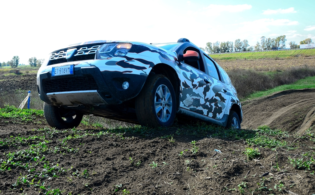 Dacia Duster 2014, inarrestabile, anche su un tracciato per il motocross...
