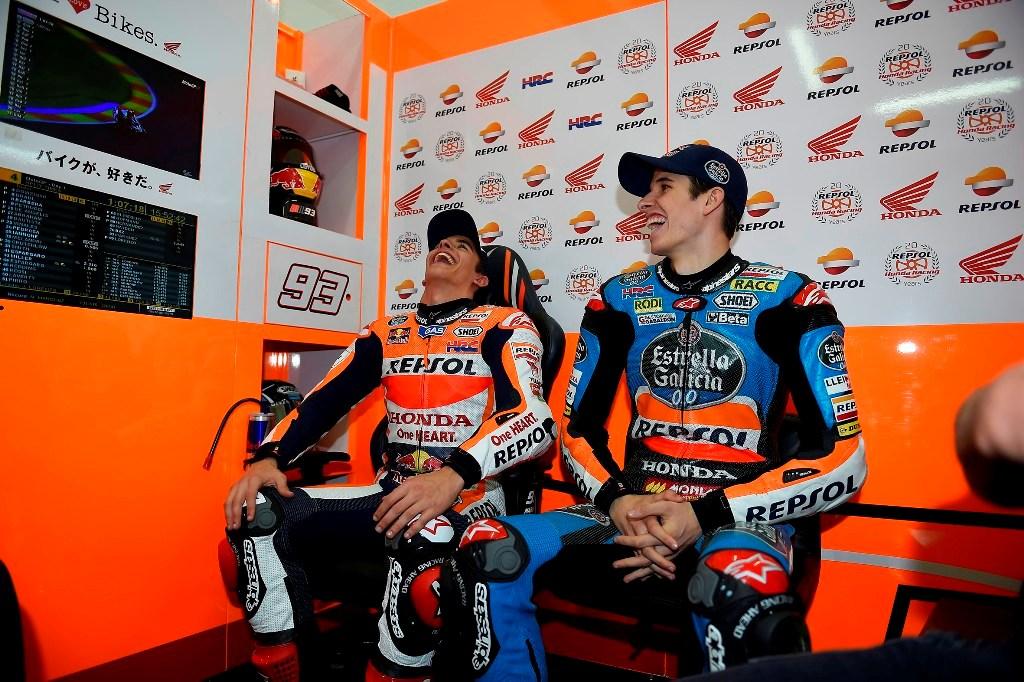 I fratelli Marquez, Alex ha provato la RC212V di Marc, regalo Honda per il titolo Moto3