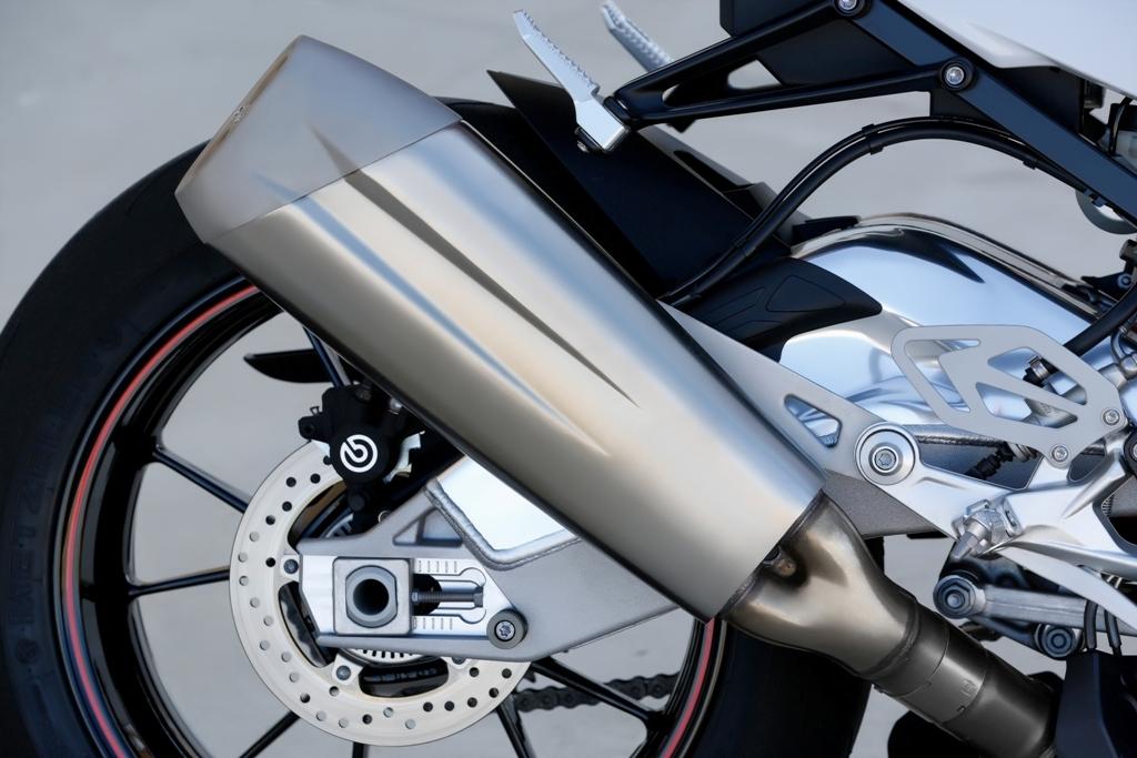BMW S1000RR, il nuovo scarico, minor peso e silenziatore integrato