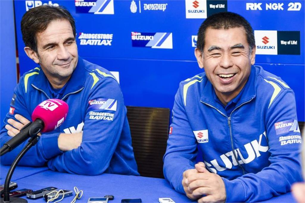 Valencia, MotoGP test Davide Brivio e  Satoru Terada al box Suzuki