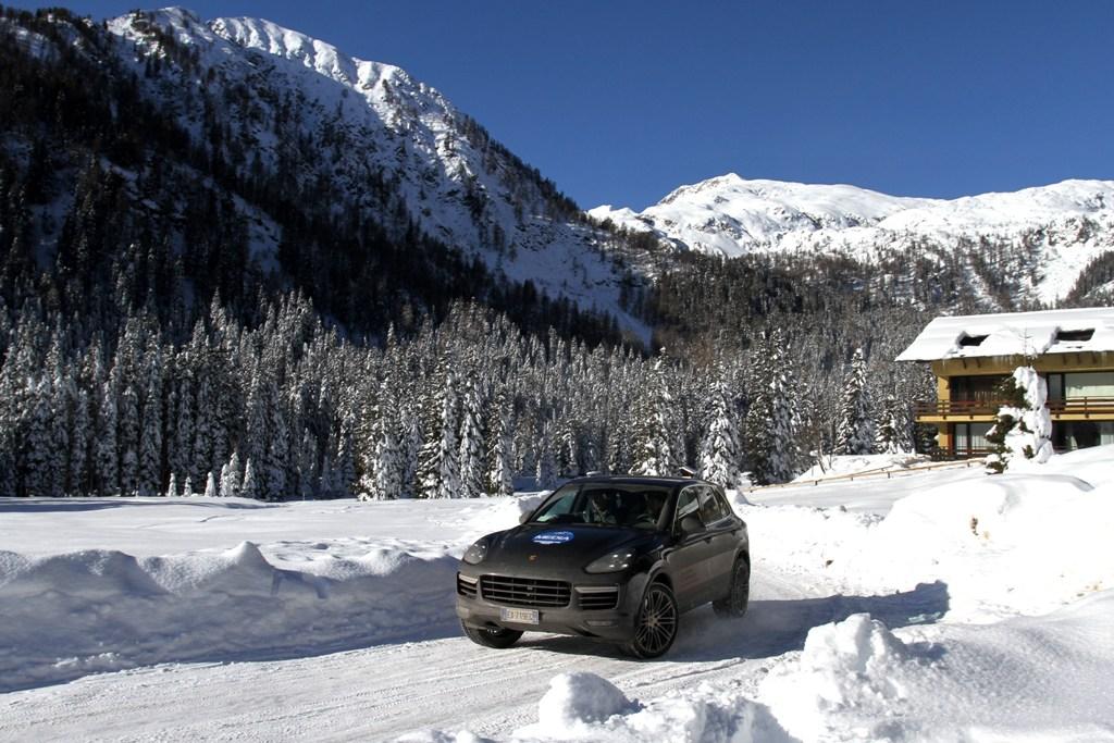 Agilissima ahche sulla nuova, la nuova Cayenne è forte di una trazione unica anche su fondo nevoso