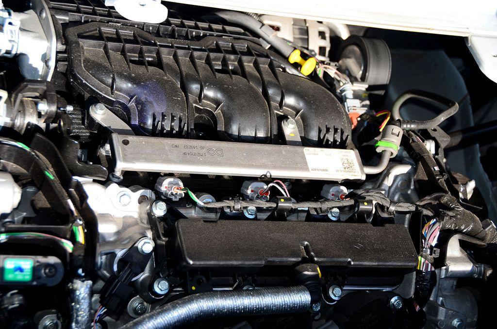 Tre cilindri turbo, dodici valvole, 899 cc, 90 Cv, questo lo schema tecnico della TCe