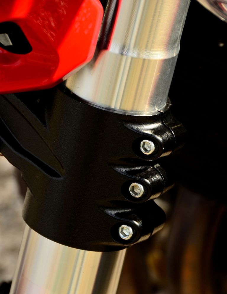 Una delle particolarità delle BN600R, la piastra inferiore a tre bulloni e non due