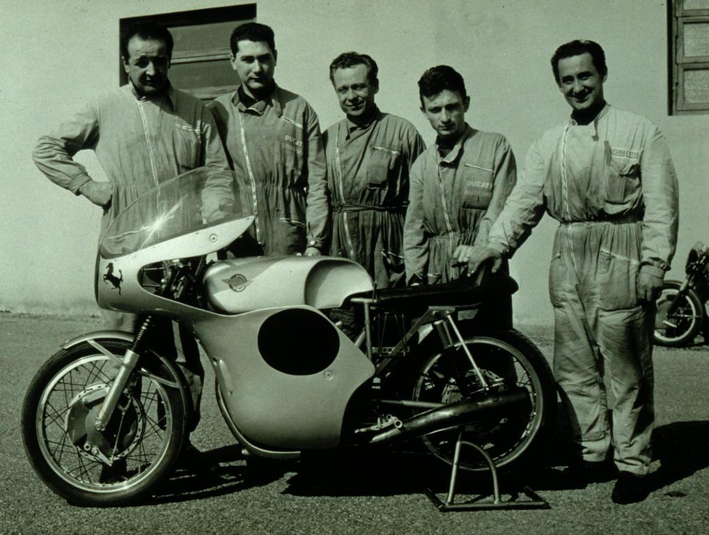 Folesani, Armaroli, Farne, Recchia, team sviluppo della 250 bicilindrico Desmo 1960