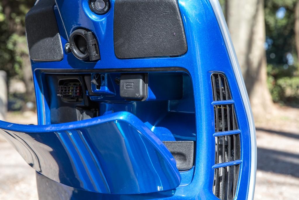Vespa GTS 300 Super, retroscudo tutto sfruttabile con la porta USB di ricarica