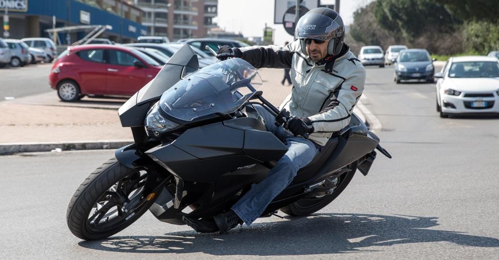 Honda Vultus, le pedane toccano presto terra ma la guidabilità è sempre piacevole