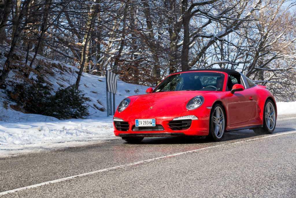 Porsche 911 Targa 4, su strada si può godere del pacchetto Sport Chrono
