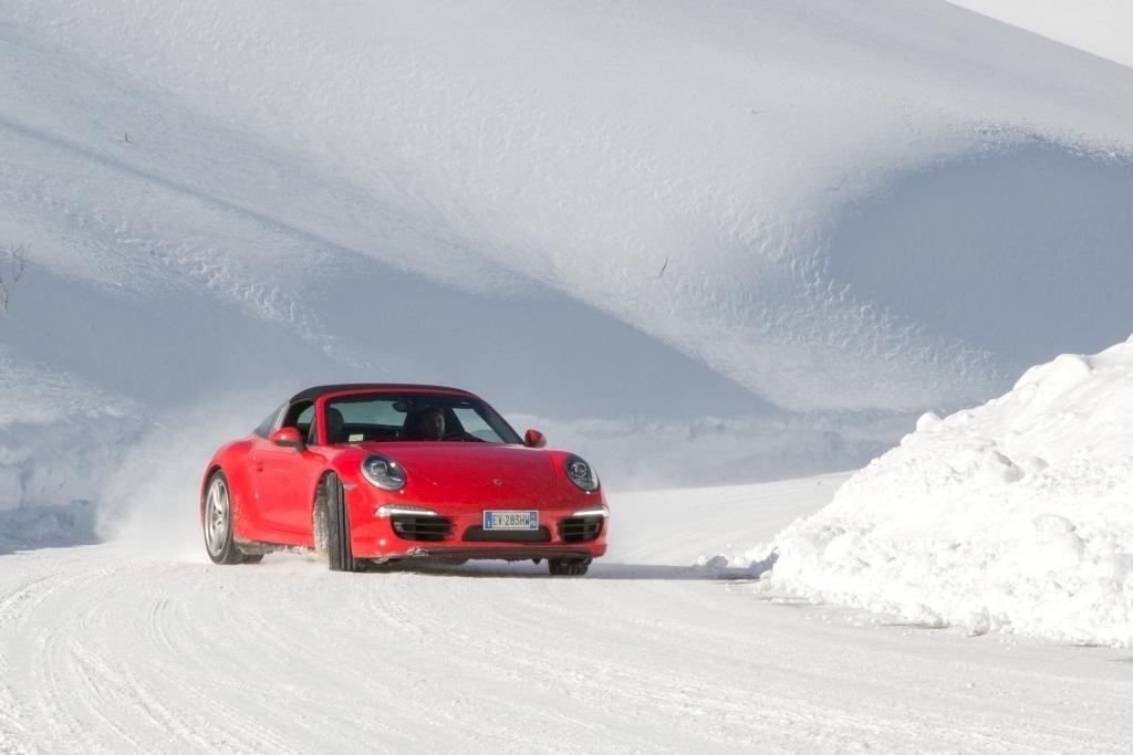 Porsche 911 Targa 4, test decisamente particolare sul manto innevato