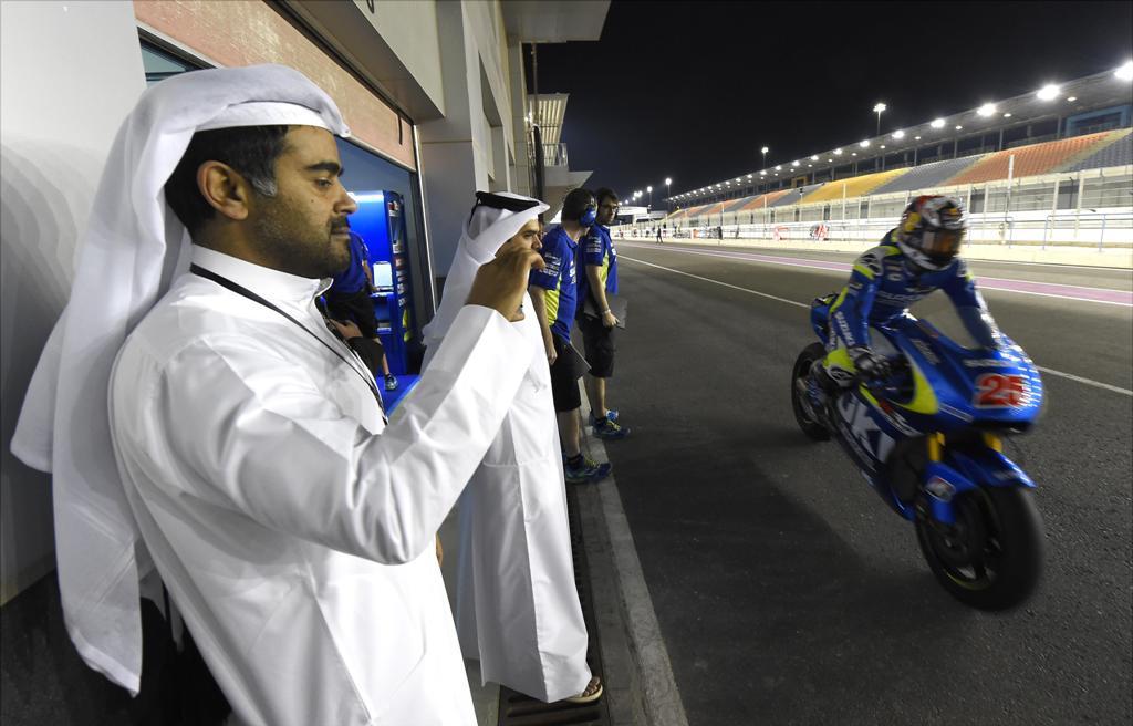 MotoGP 2015, test Qatar, Maverik Vinales al box Suzuki