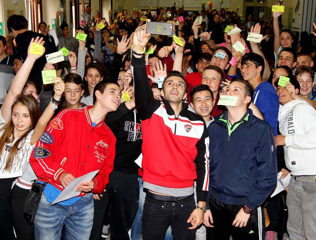 Andrea Iannone circondato dai giovanissimi intervenuti