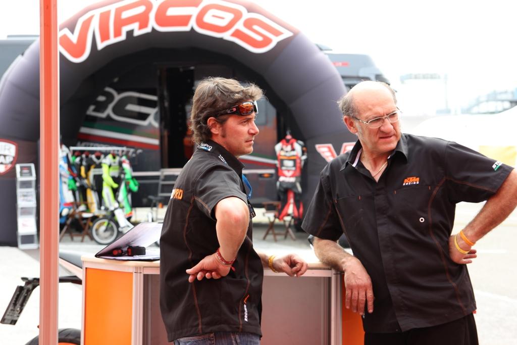 CIV 2015, Paolo Fabiano KTM Italia (a sinistra) insieme ad uno dei tecnici KTM