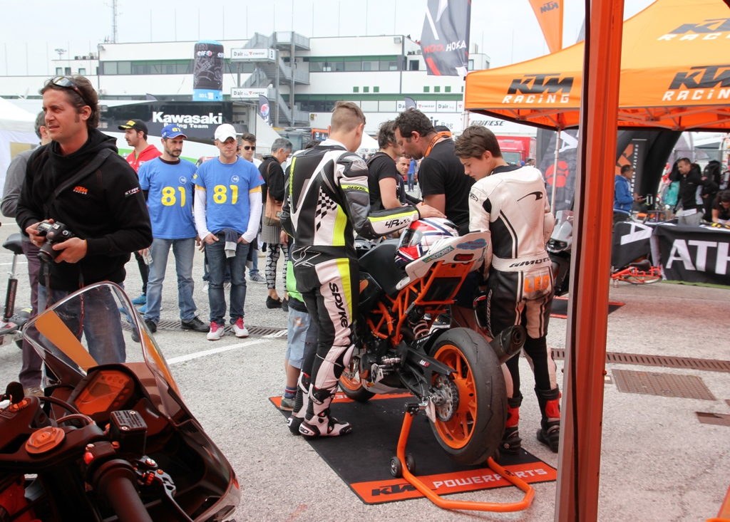 CIV 2015, SP 4T, molta curiosità alla tenda KTM nel pre-gara della SP