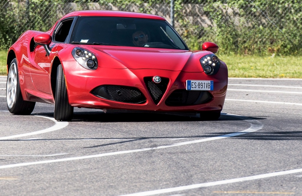Alfa Romeo 4C, retrotreno che scivola da controllare con il gas...