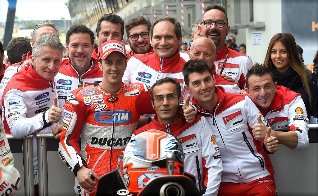 MotoGP 2015, Le Mans, Andrea Dovizioso con la sua squadra