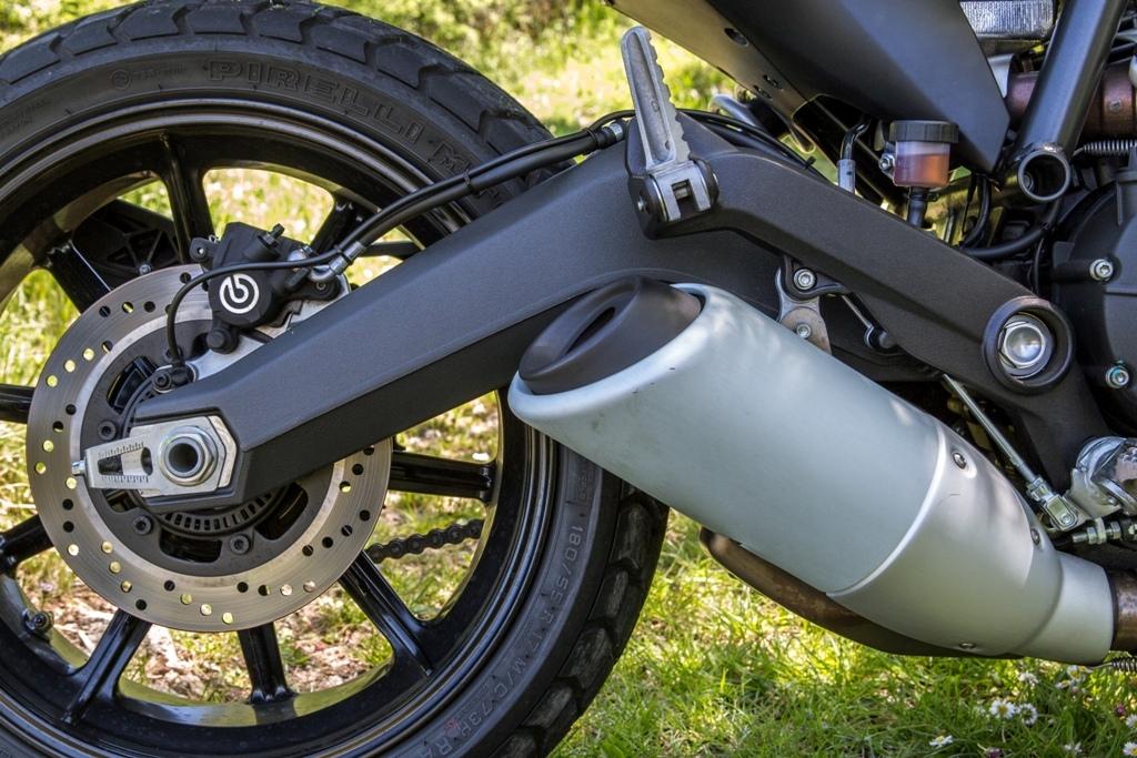 Ducati Scrambler, il forcellone posteriore e lo scarico 2in1