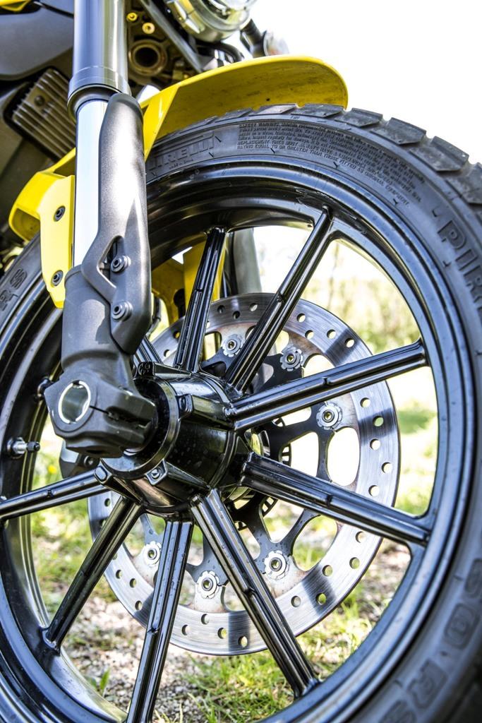 Ducati Scrambler, il lato destro libero grazie al disco singolo da 330 mm