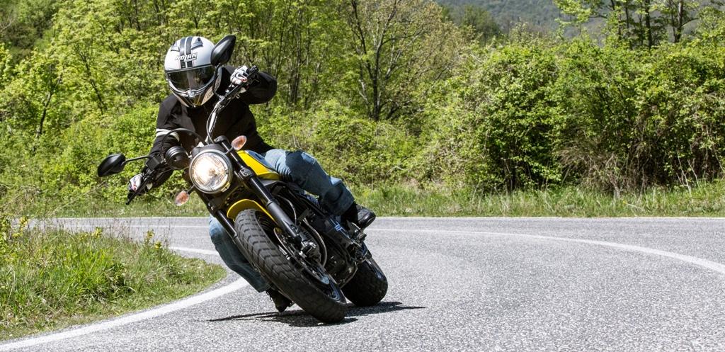 Ducati Scrambler Icon, si piega molto con le coperture MT60 Pirelli