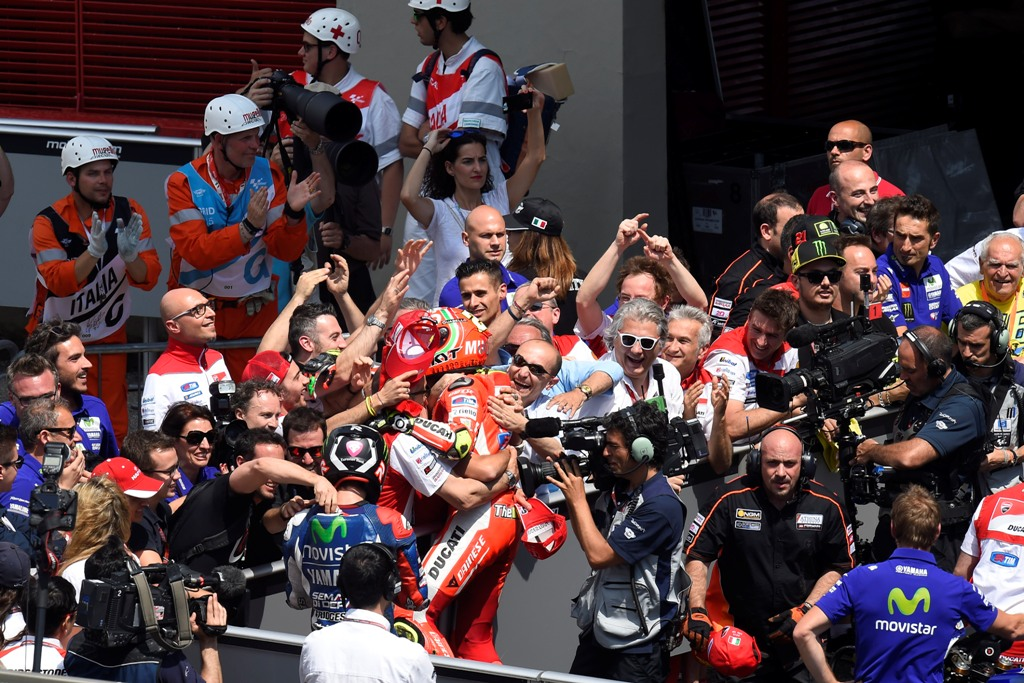 MotoGP Mugello 2015, Andrea Iannone a fine gara con il suo team