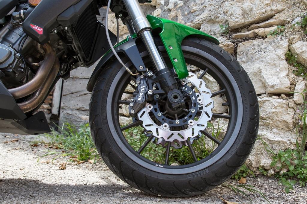 Benelli BN302, il doppio disco freno anteriore, manca l'ABS di serie