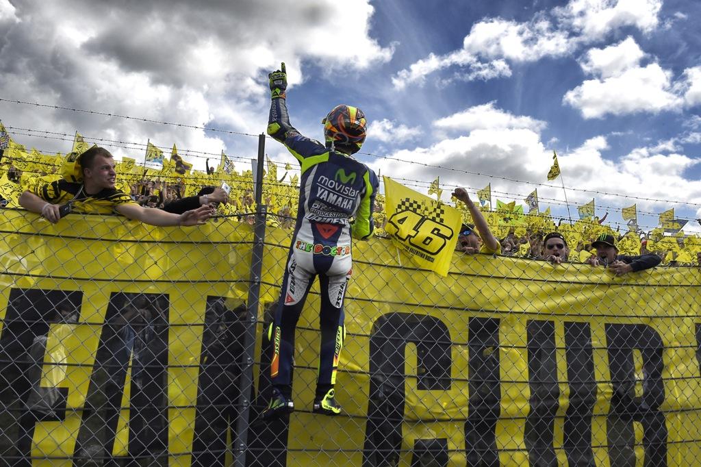 MotoGP 2015, Assen, festa totale per Valentino Rossi ed il suo fan club