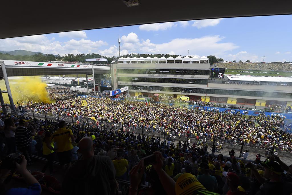 MotoGP Mugello 2015, una vista della folla che ha invaso la pista
